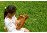 沖縄のわらべうたを沖縄竪琴で奏で、平和で美しい音楽を沖縄から世界へ広げる